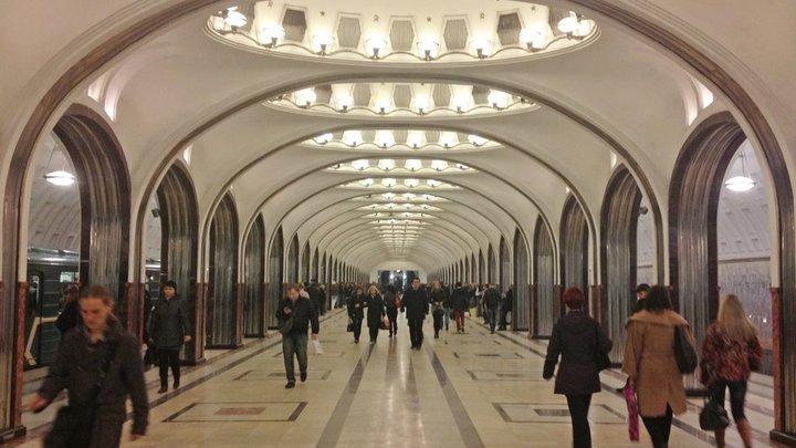 Перепутала педали? В центре Москвы девушка въехала в остановку, есть пострадавшие