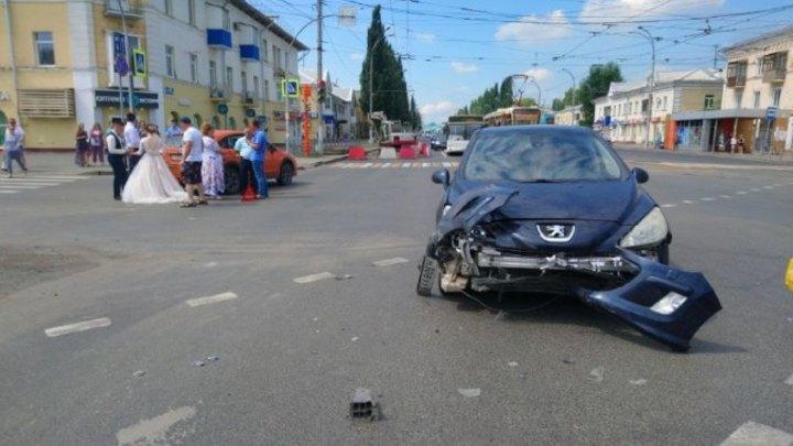 Свадебный кортеж попал в ДТП в центре Кемерова