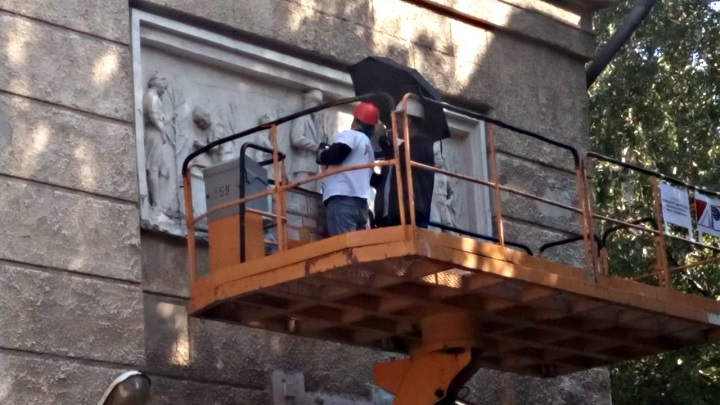 Новосибирские архитекторы отсканируют уникальный барельеф школы №54