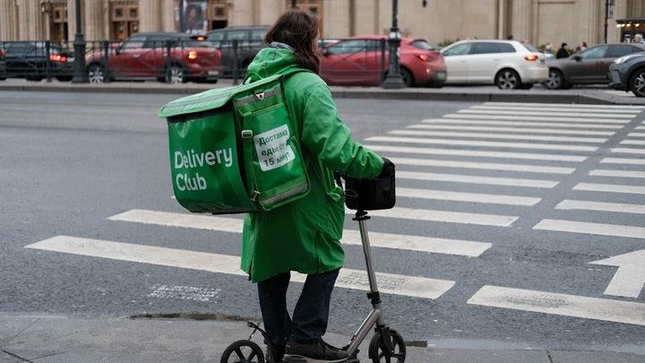 В Санкт-Петербурге сняли на видео, как курьеры Delivery Club «собирают заказ» в мусорном баке