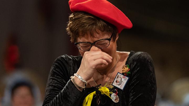 Следует делать это стоя или сидя?: Преемница Меркель вызваланегодованиепосле шутки про нейтральные туалеты