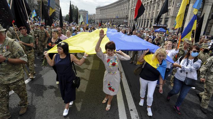 Несколько тысяч человек окружили офис Зеленского: начались столкновения