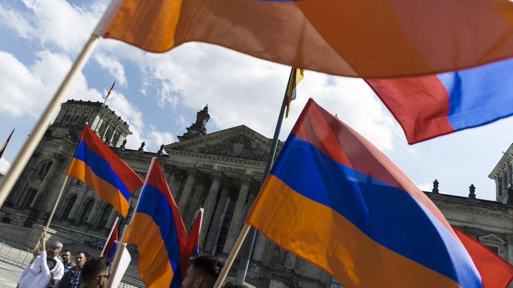 Организатор акций протеста вАрмении объявил «бархатную революцию»