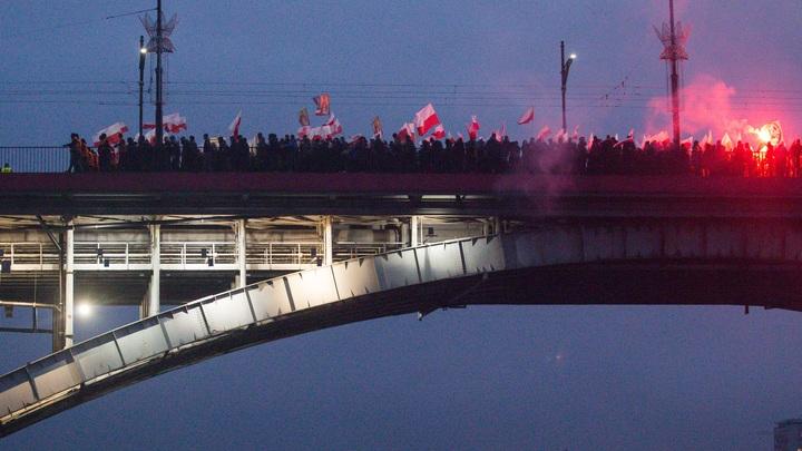 Поляки в ответ на марш радикалов во Львове потоптались на бандеровской тряпке