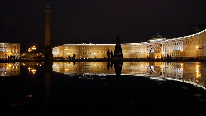 В МЧС объяснили причины эвакуации с Дворцовой площади в Петербурге
