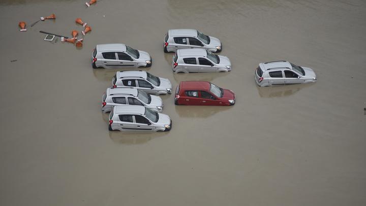 Потоп в Краснодаре: Автомобили скрывает водой по самый капот - видео