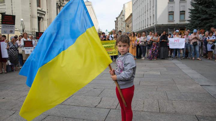 А знания ещё будут давать?: Киевских школьников обязали начинать день с гимна