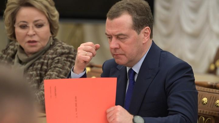 Могли б Медведева заподозрить, но он чист: Сатановский о вмешательстве Европы в дела России