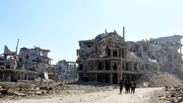 Уматывали оттуда на ободах: Журналисты сняли на видео последствия обстрела в сирийской Думе