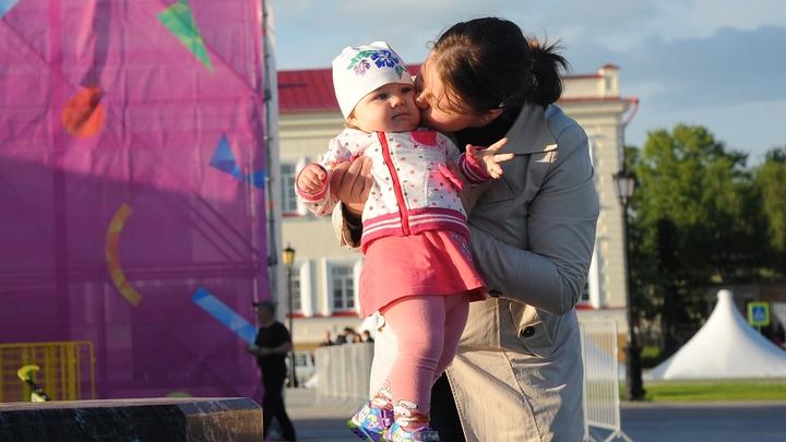 Женщина - автомат с младенцами: Современная художница подрывает семейные ценности на биеннале в Москве