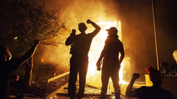 Протестующие в США едва не сожгли дом городского комиссара: Полиция бездействовала