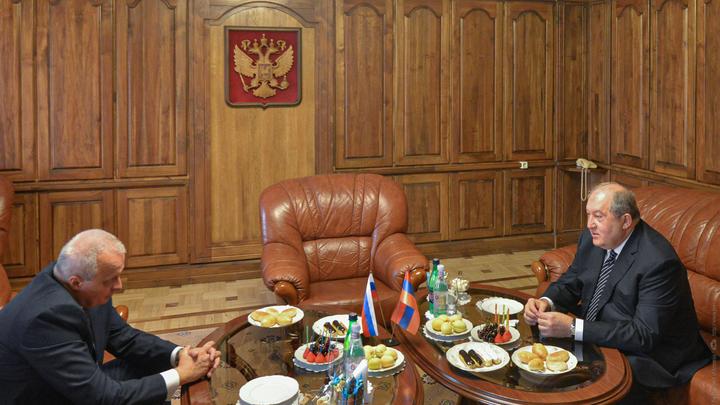 Президент Армении Армен Саркисян встретился с послом Сергеем Копыркиным накануне Дня России