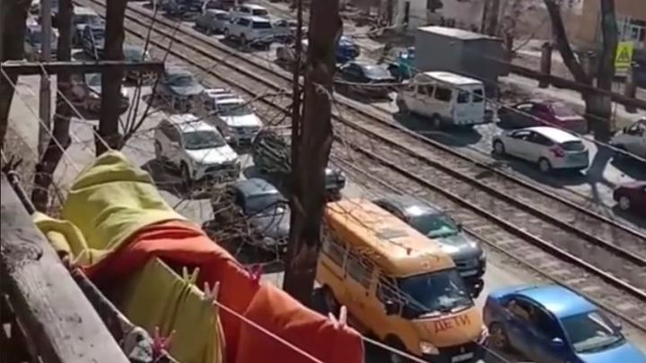 В Челябинске огромная пробка: машины стоят на улице Российской из-за ремонт моста