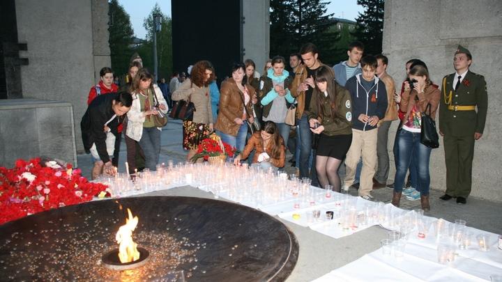 На Монументе Славы в Новосибирске прошла акция Свеча памяти