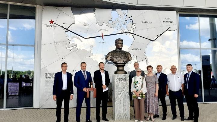 Потомки Валерия Чкалова открыли в нижегородском аэропорту бюст в память о лётчике
