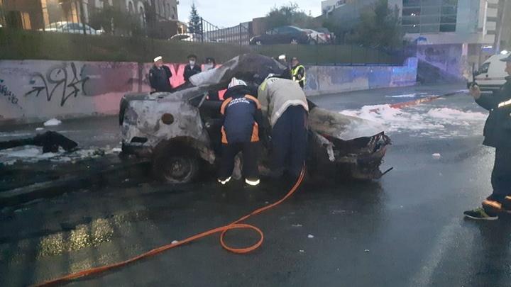 Появилось фото и видео сгоревшей в Новосибирске машины с тремя мужчинами