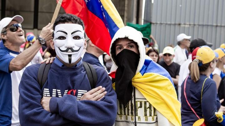 Вместо дам в шубках - парни в спущенных штанах: Кадры из Венесуэлы показали, кто разливает коктейль Молотова для провокаций