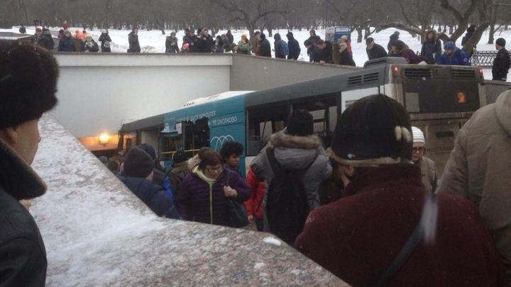 МЧС завершило работу на месте ДТП в Москве, где автобус протаранил людей