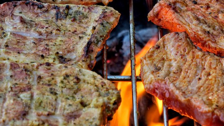 Сочно, аппетитно и смертельно опасно: Учёные призвали готовить мясо правильно