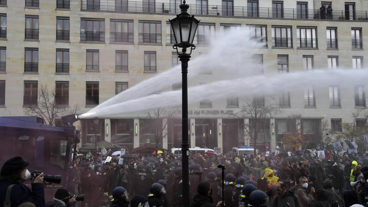 В Берлине протестующих разгоняют водомётами: Что этот Лукашенко себе позволяет!