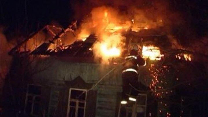 В ночном пожаре в Шахтах бомж едва не погиб, пытаясь согреться в сарае
