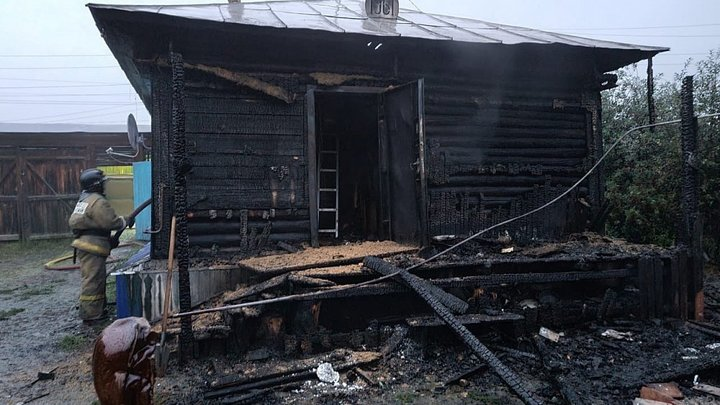 В Челябинской области случайные прохожие вытащили из горящего дома мать и двоих детей