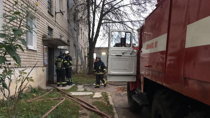 В Коврове сотрудники МЧС спасли двух человек на пожаре в многоквартирном доме