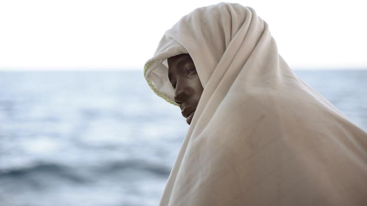 Мигранты теснят туристов на пляжах Испании