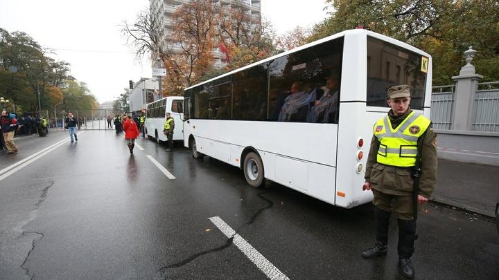 «Взял за уши и начал бить головой о стекло»: На киевскую маршрутку напала банда националистов