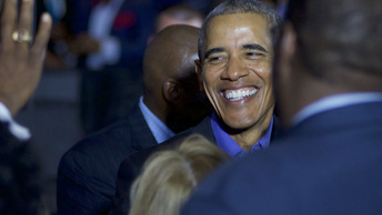 Тайная связь: В Сети появилось фото Обамы, обнимающего главного расиста и антисемита