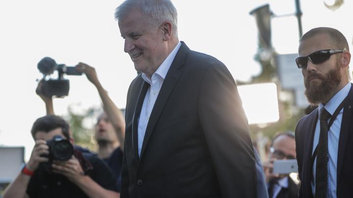 Глава МВД Германии придумал, как сохранить себе пост после скандала с Меркель