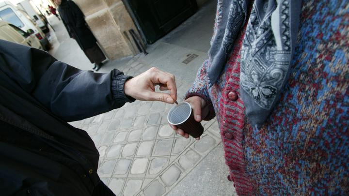 Денег нет, еды нет: В соцсетях показали французскую пенсионерку, роющуюся в мусорке