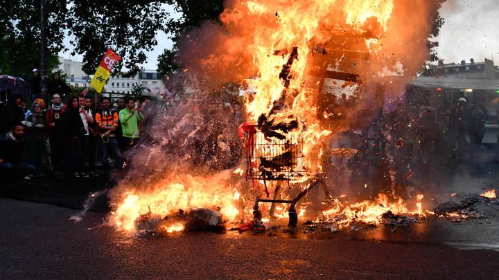 Гори-гори ясно: Протестующие в Париже сожгли «Макрона» и разгромили магазины
