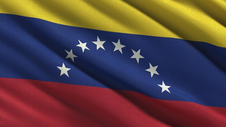 Чудом выжила: В Венесуэле оппозиционер наехал на автомобиле на журналистку проекта RT