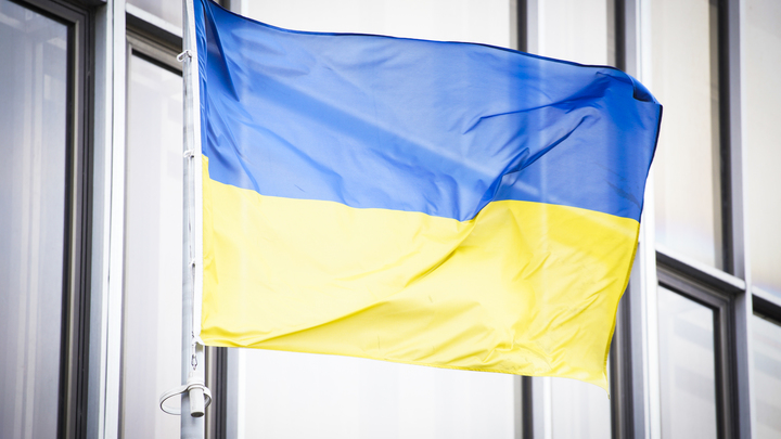 Ослепительная вспышка: Момент обстрела здания телеканала в Киеве попал на видео