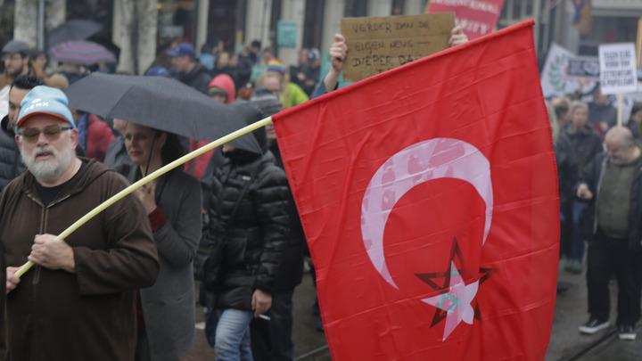 Турция перебросила бронетехнику на границу с курдскими формированиями в Сирии