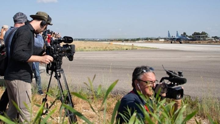 Разрушенная взлетка, разбитая техника: Вертолеты ВКС России заняли военный аэродром американцев