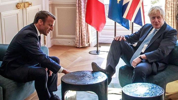 Посади Бориса за стол, он и ноги на стол