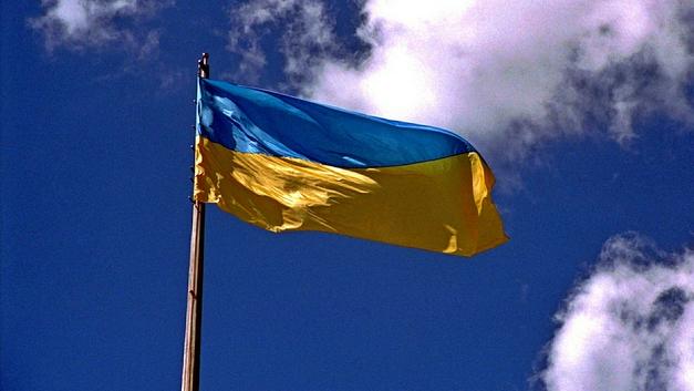 В Харькове разъяренный пророссийский партизан снес трактором флаг Украины