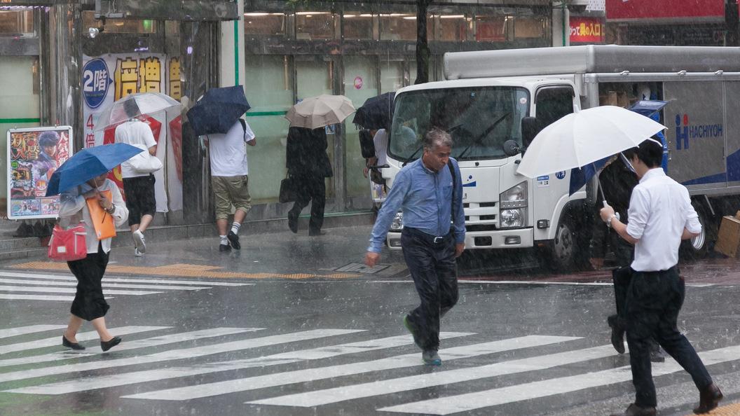 Тайфун Нору в Японии убил людей и парализовал работу аэропортов