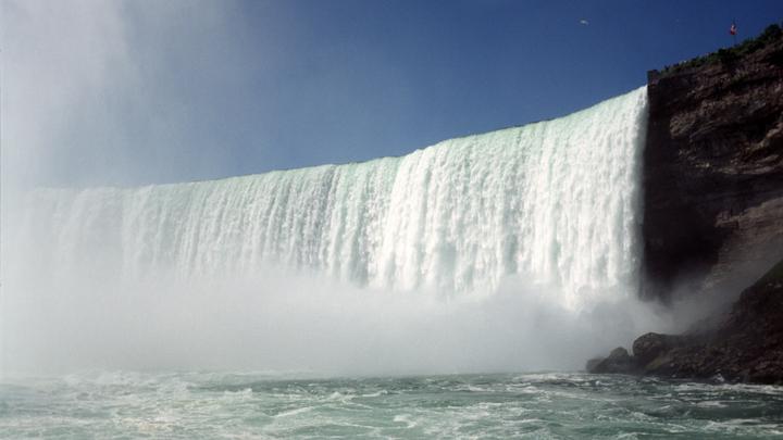 Ниагарский водопад в США замерз при 10 градусах тепла