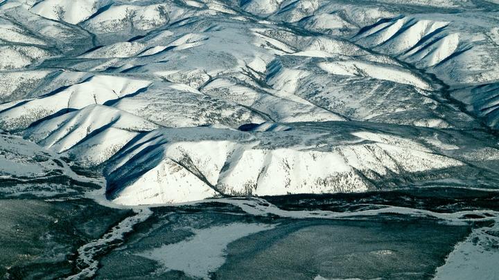 Пилот упавшего в Якутии вертолета двое суток находится в горах - спасению мешает снегопад