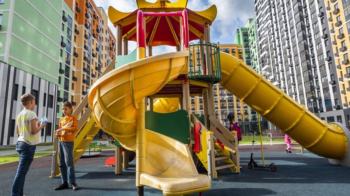Более 200 детских площадок установят в Московской области