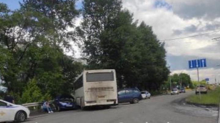 Служебный автобус смял две легковушки в Новокузнецке
