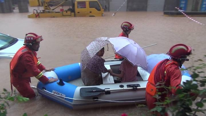 Сотни тысяч людей под угрозой, идет эвакуация: Наводнения на юге Китае погубили 19 человек