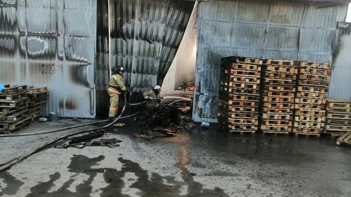 Горит 300 квадратов: В Северском районе тушат пожар на складе