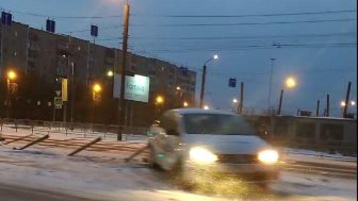Такси снесло новый забор посреди дороги в Челябинске