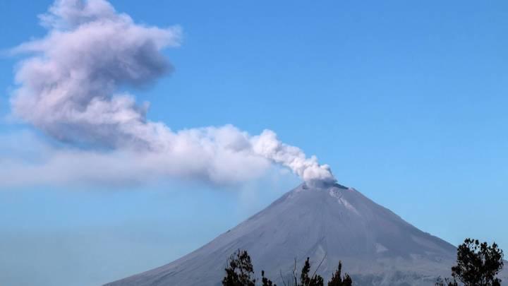 Мексиканский вулкан выбросил столб дыма на сотни метров - видео