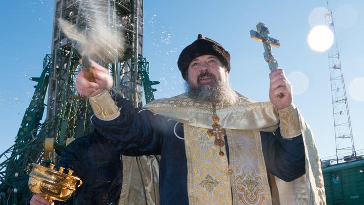 Окатили водой на морозе: Иностранным журналистам понравилось освящение ракеты «Союз МС-11»