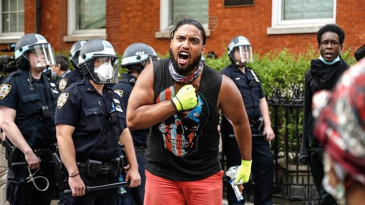 Мы - белые рабы: Русские в США признались, что спят с ножом у кровати, боясь налетов митингующих